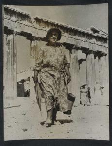 Agatha Christie visita l'Acropoli di Atene nel 1958
